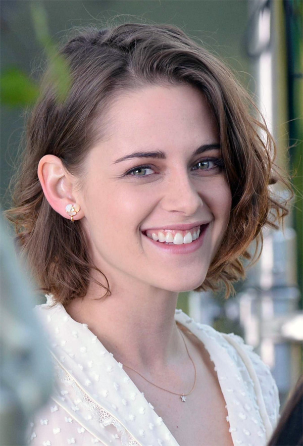 Kristen Stewart gorgeous smiling on Wood Allen set 2015
